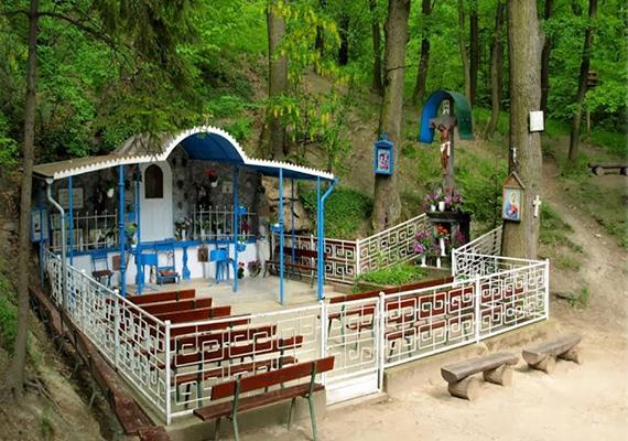 A Budapesttől alig 30 kilométerre fekvő Pilisszentkereszt igazán különleges település, nemcsak azért azonban, mert olyan csodás és népszerű úti célok találhatóak a közelében, mint Dobogó-kő vagy a Dera-szurdok, de azért is, mert sokan érezni vélik azt a különös, misztikus energiát, ami állítólag a faluból árad. Mindemellett az itt található Szentkútnak is csodatévő erőt tulajdonítanak. Kattints ide további képekért!