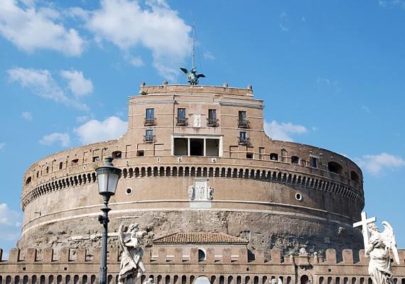 Az Angyalvár Hadrianus császár síremlékét őrzi. A Tevere jobb partján álló építmény az egyik leghíresebb mauzóleum a világon, mely egykor számos római császár temetkezőhelye volt.