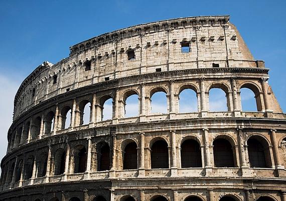 A Colosseum ellipszis alapú arénájában számtalan gladiátorharcot követhettek végig a lakosok, mindemellett tömeges kivégzések helyszíne is volt a keresztényüldözés során.