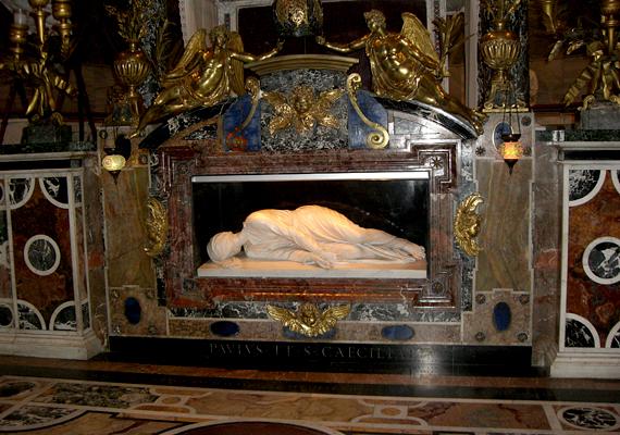 Sok turista keresi fel Szent Cecília bazilikáját is, aki arról híres, hogy sírja felnyitásakor teste érintetlen volt, épp olyan, mint akkor, amikor eltemették. Bár a sírt újra lezárták, a testről másolat készült, mely a templomban megtekinthető.