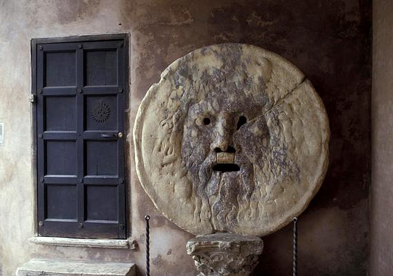 A Bocca della verita, vagyis az Igazság szája a Circus Maximus közelében található. A legenda szerint a száj leharapja a rosszak és a hazugok kezét.