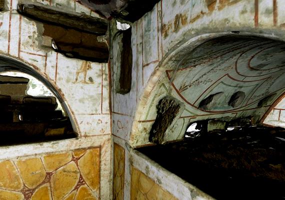 Róma alatt kiterjedt katakombarendszer húzódik, mely egykor a keresztények temetkezőhelye volt. Számos pápát és mártírt is ide temettek.