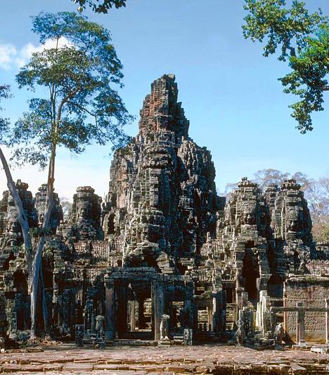 Angkorvat, KambodzsaAngkorvat megépítése a khmer birodalom hírnevét hivatott megerősíteni, később hindu templomok és buddhista szentélyek emelkedtek itt. A dzsungel mélyén rejtőző várost, mely egykor egymillió embernek és egy csillagvizsgálónak is otthont adott, hirtelen néptelenedett el, és csak a 19. században fedezte fel egy francia kutató.Kapcsolódó cikk:Nézd meg a világ legmisztikusabb helyét! »