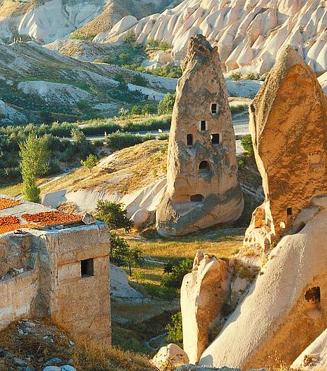 Kappadókia, TörökországKözép-Törökországban, a Kappadókiai-fennsíkon Hold-béli tájakat idéz a vulkanikus eredetű vidék. A könnyen megmunkálható tufából a 6-10. században több mint harminc földalatti várost építettek a leleményes őskeresztények, több ezer barlanggal és több mint száz templommal, melyek közül a mai napig csak keveset tártak fel.Kapcsolódó cikk:Hihetetlen képek a tündérek földjéről »