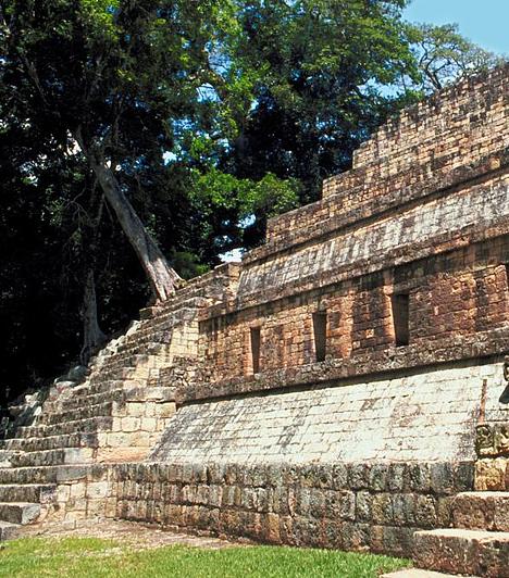 Copán, HondurasAz egykori maja város a mai Honduras nyugati részén található. A lépcsőzetes paloták sajátos formájukat a Copán-folyó változásainak köszönhetik. A romvárost, melyen mára nyomot hagytak a természeti erők, a 19. században fedezték fel újra.