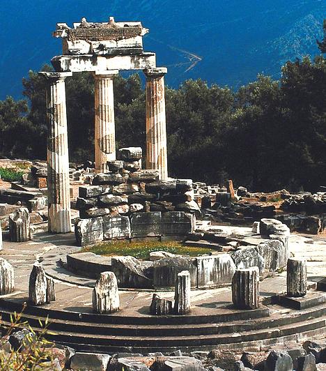 Delphoi, GörögországAz ókori jósda romjai ma is láthatóak Athéntól nyugatra, a Parnasszosz-hegy oldalában. Az ókori görögök úgy hitték, itt található a Föld középpontja vagy köldöke, a híres, de meglehetősen homályos jóslatokért pedig távoli uralkodók zarándokoltak e helyre.