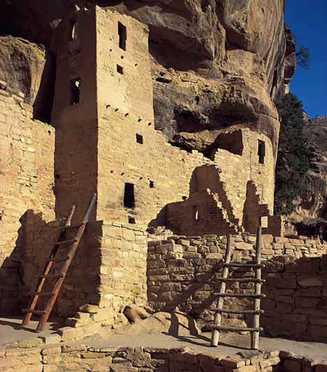 Mesa Verde, USAA Colorado állam területén található sziklás dombok adnak otthont az anasazi indiánok sziklavárosainak. Az anasazik nem hagytak maguk után semmilyen írásos emléket, ezért máig rejtély, hogy 1300 körül miért hagyták el hirtelen a sziklapalotákból, lakószobákból, emeletes épületekből és tornyokból álló településüket.Kapcsolódó cikk:3 barlangba vájt város »