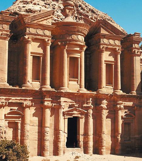 Petra, JordániaA meredek homokkő falakba vájt épületek méltán viselik a Petra - görögül szikla - elnevezést. A Holt-tengertől délre, Mózes völgyében fekvő, egészen a hetedik századig lakott nabateus várost egy hosszú, szűk hasadékon keresztül lehet megközelíteni.
