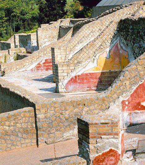 Pompei, OlaszországNápolytól délkeletre, a Vezúv tövében található az a város, melynek létét a ráboruló árnyék határozta meg. A kedvelt üdülőhely virágzásának i.sz. 79-ben a Vezúv kitörése vetett véget, mely vastag hamuréteggel lepte el Pompeit, egy teljes város mindennapjait őrizve meg az utókornak.Kapcsolódó cikk:Minden idők 3 legpusztítóbb természeti katasztrófája »