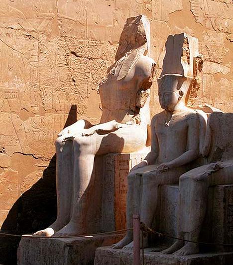 Théba, EgyiptomA Földközi-tengertől délre, a Nílus partján fekvő Théba egykor Egyiptom fővárosa volt. Leghíresebb látványosságai Memnón hatalmas ülőszobrai, valamint az elképesztő kiterjedésű karnaki templomkomplexum, illetve a thébai istenhármasság, Ámon, Mut és Honszu tiszteletére emelt luxori templom.