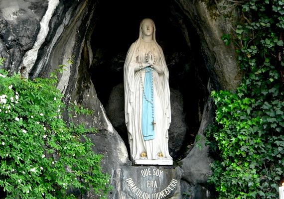 Ugyanezt tartják a franciaországi, lourdes-i csodatévő Szűzanya-szoborról és másolatairól is.