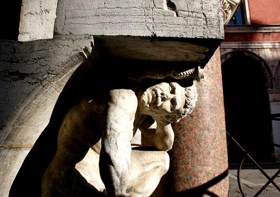 A velencei Il Gobbo di Rialtót egykor a bűnösök csókolták meg, hogy ezáltal megbocsátassanak bűneik. Aki bűnbocsánatot akar, ma is megteszi.