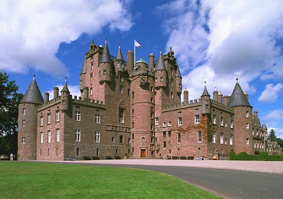 A skóciai Glamis kastélyban nemcsak Lady Glamis szelleme őrködik, de a harmadik Strathmore-gróf, Patrick is itt borzolja a lakók kedélyeit.