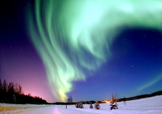 A legtöbb utazó a számtalan hely ellenére is a norvégiai Tromsót keresi fel, hogy lássa a jelenséget. A háttérképért kattints ide!