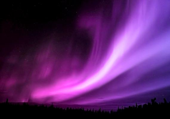 A csodás látványt a Nap felől a Föld légkörébe jutó protonoknak és elektronoknak köszönheti az emberiség, melyek a légkör atomjaival ütközve ionizálják és gerjesztik azokat. A háttérképért kattints ide!