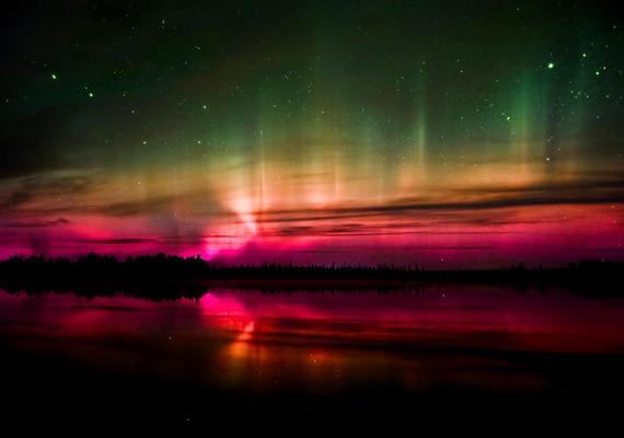 A fények számtalan színben játszanak, a lilától a rózsaszínen át a kékig és a zöldig. A háttérképért kattints ide!