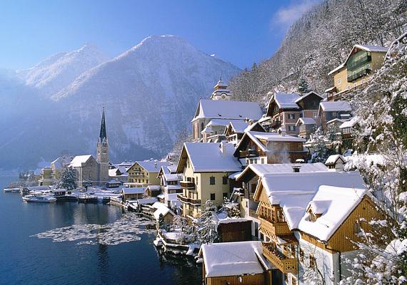 Az ausztriai Hallstatt az Alpok egyik legszebb vidéke. A hófödte város olyan, mintha egy hógömb belsejében lenne. Kattints ide a nagy felbontású képért!