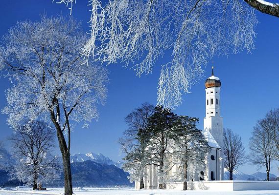 A németországi St. Coloman-templom már-már beleolvad a hófehér környezetbe. Kattints ide a nagy felbontású képért!