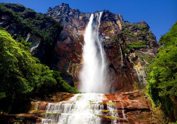 A venezuelai Angel-vízesés a maga 979 méterével a világ legmagasabb vízesése. A háttérképért kattints ide!