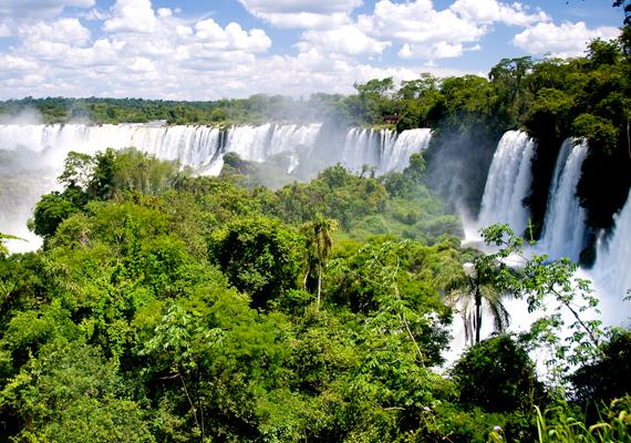Az Argentína és Brazília határán húzódó Iguazu 270 különböző zuhogóból áll. A háttérképért kattints ide!