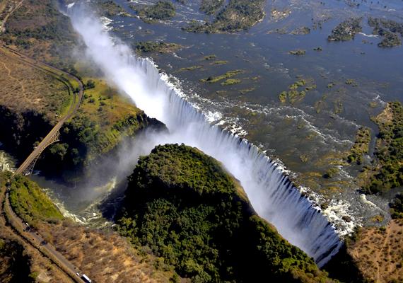 A Zambia és Zimbabwe határán található Viktória-vízesés 1708 méter széles. A háttérképért kattints ide!