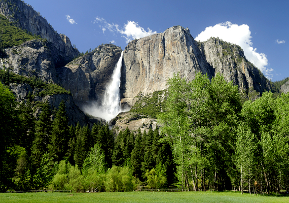 A 739 méter magas Yosemite-vízesés az azonos nevű amerikai nemzeti parkban található. A háttérképért kattints ide!