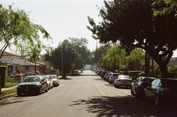 Kedvelt célpontjai a rablóknak az őrizetlen parkolók is, ahol ráadásul a szomszédos törülközőn heverészők gyanakvó pillantásaitól sem kell tartaniuk. Növeli az esélyét a feltörésnek, ha már az ablakból is feltűnően láthatóak a járműben hagyott értékek, vagy résnyire nyitva felejted az ablakát. Ha nem tudod őrzött helyen hagyni a kocsidat, figyelj arra, hogy érték ne maradjon benne, inkább keress egy csomagmegőrzőt, vagy ha erre sincs lehetőséged, az utastérből helyezd inkább a csomagtartóba, és nézz rá néha!