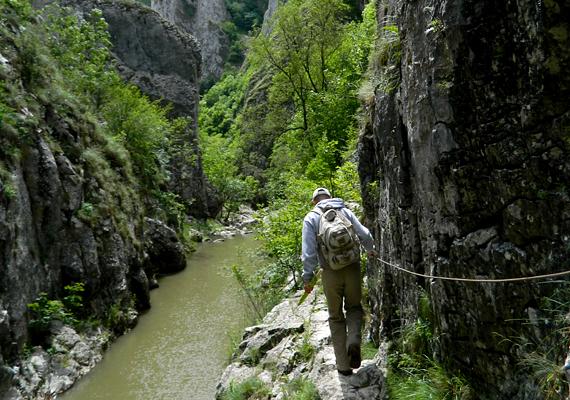 A jelzett turistautakon érdemes haladni - mind a patak völgyében, mind pedig a peremen -, a sziklák és a szakadék ugyanis túl veszélyes a vakmerőbb, önálló útvonalakhoz.