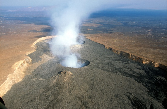 A völgy az Afrikai-, az Arábiai- és a Szomáliai-lemez egymásra ható mozgásából alakult ki, ezek mentén határozottan kirajzolódik vonala, melynek következtében néhány millió év múlva Kelet-Afrika le is válhat Afrikáról. A hasadékban számos vulkán működött vagy aktív a mai napig, mint a képen látható, etióp-eritreai határ közelében találhatóErta Ale nevű, félelmetes vulkán, amelyet füstje miatt a Pokol kapujának is neveznek.