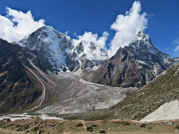 Az előbbi folyamat leglátványosabb ellentéte a Himalája vonulata, amelyet az Indiai- és az Eurázsiai-kőzetlemezek összeütközése és egymásra torlódása eredményezett. A felgyűrődött hegység így évről évre növekszik 3-5 milliméterrel, miközben 27 milliméterrel északkelet felé tolódik.