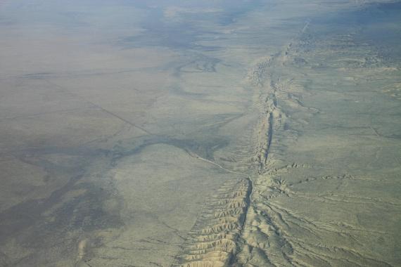 Az észak-amerikai kontinensen is látható a tektonikai mozgás: a Csendes-óceáni-, az Észak-Amerikai- és a Juan de Fuca-lemezek határán alakult ki az 1300 kilométer hosszú Szent András-törésvonal. A hasadék valójában nem tágul, hanem vetődik, a lemezek ugyanis egymással ellentétes irányban, de vízszintesen mozognak, így csúszva el a határok mentén.
