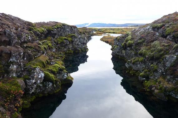 A két lemez távolodása közben a tavakból a víz könnyen a repedésekbe áramlik. A Világörökség Blogírása szerint vize mindössze 2-3 Celsius-fokos, tisztasága és különleges elhelyezkedése miatt mégis igazi búvárparadicsomnak számít.