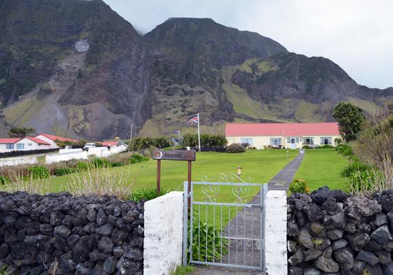 Ebben a házban lakik a sziget adminisztrátora. Összesen egyébként hét család él a szigeten, természetesen csaknem mindenki rokona mindenkinek.