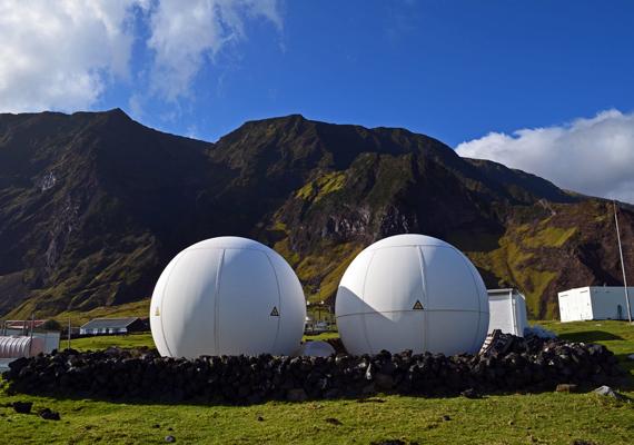 A furcsa gömböknek fontos szerepük van. A távfelügyeletként szolgáló érzékelők az ENSZ ellenőrzése alatt szeizmológiai, hidrosztatikus és radionukleotid robbanásokat kutatnak a világban.