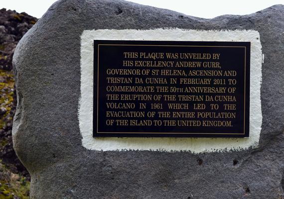 A táblát Andrew Gurr emlékére állították, aki az 1961-es vulkánkitörés során az egész szigetet kiürítette, így senkinek nem esett baja.
