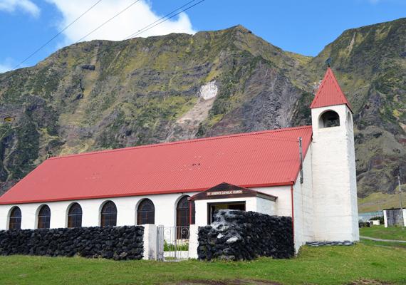 Íme, a maroknyi, 271 fős lakosság temploma.