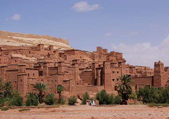 Aït Benhaddou                         A Marokkóban található, 1987 óta az UNESCO Világörökség-listáján szereplő erődítmény nemcsak a Trónok harca készítőit ihlette meg, ez a különleges hely már számos film jeleneteinek adott otthont. Itt forgatták az Arábiai Lawrence című alkotást, de a település feltűnik A múmia és a Gladiátor képkockái között is. A Trónok harca szereplői közül Daenerys Targaryen jeleneteit forgatták itt, az erődítményt egy időre Pentos, majd Yunkai városává alakították át. Az erődített falu, más néven kszár a 12-16. század között épült. Bár néhányan még laknak itt, a település nagy valószínűséggel rövid időn belül múzeummá válik.