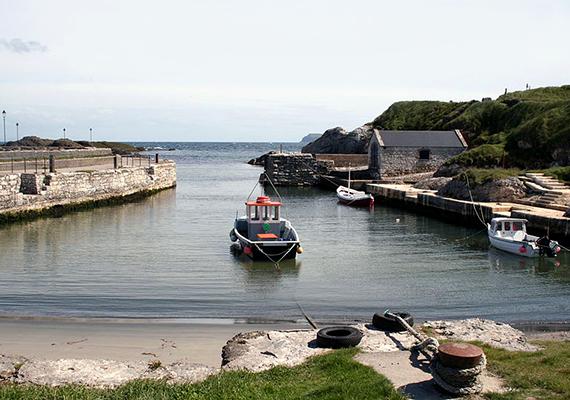 Ballintoy                         A második évadban a Greyjoyok rideg, sziklákkal határolt kikötőjének Észak-Írországban találtak megfelelő forgatási helyszínt, méghozzá Ballintoy apró településén. Ez szolgál a sorozatban a Pyke szigetén található Úrikikötő színteréül. Az ország partvidékét persze nemcsak a Trónok harca rajongóinak érdemes meglátogatni, a sziklás, meredek partok, égszínkék tenger és zöld mezők minden utazót lenyűgöznek.
