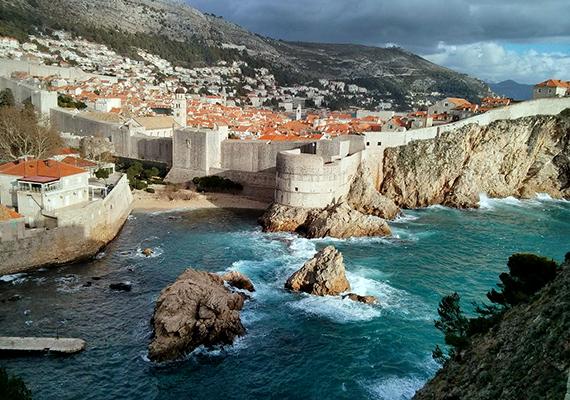 Dubrovnik                         Dubrovnik az Adriai-tenger egyik legnépszerűbb városa, és mióta a második évadtól Királyváros helyszínéül szolgált, már Trónok harca városnéző túrára is be lehet fizetni. Az óvárosban, az erődben és környékén rengeteget forgattak, többek között Arya Stark és Joffrey Baratheon jeleneteit, de érdemes bejárni Dubrovnik parkjait is, amelyek sok vidéki esemény helyszínéül szolgáltak. A Minčeta erőd volt a Halhatatlanok Háza, ahonnan Daenerys csak sárkányai segítségével tudott kijutni, a Dubrovnikot körülvevő városfalak pedig ismerősek lehetnek a híres, Feketevíz-öbölbeli csatajelenetekből.