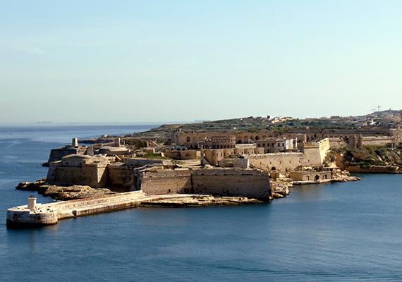 Kalkara                         Málta egy másik apró településén, Kalkara városában a forgatás elsősorban a Ricasoli-erődben zajlott, mely a 17. században épült. Az építmény közvetlenül a parton fekszik, így az évszázadok alatt a tenger okozta erózió miatt már nem a régi pompájában tündököl, de a sorozatban a főváros királyi kastélyának, vagyis a Vörös Erődnek tökéletes helyszíneként szolgált. Legjellegzetesebb része a különleges, csavart oszlopok által közrefogott kapu, mely a képernyőn is jól látható.