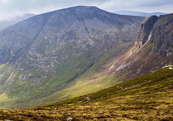Mourne-hegység                         Az Észak-Írországban található Mourne-hegység egy része keltette életre a sorozatban a nomád dothraki nép városát, Vaes Dothrakot. A néhol kietlen, mégis gyönyörű táj gránitkőzeteivel tökéletes helyszínéül szolgált a felvett jeleneteknek. A vidék ösvényein haladt végig a vad horda, és érkezett meg a dothraki központba. A Mourne-hegység különleges vidéke másokra is inspiráló hatással volt, megihlette C.S. Lewis szerzőt is, aki a táj által inspirálva alkotta meg leghíresebb regénysorozata, a Narnia krónikái világát.