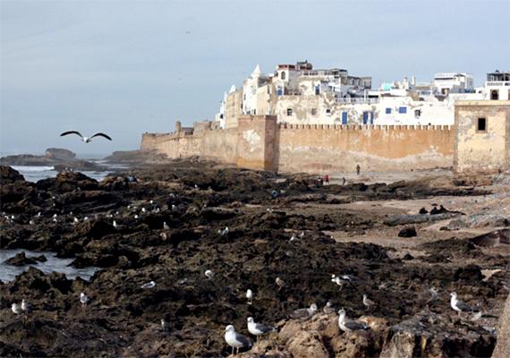 Szavíra                         Marokkó egy másik részén, Szavíra ősi településén is forgattak néhány jelenetet, ez a hely keltette életre a rabszolgatartó várost, Astaport. Szavíra az Atlanti-óceán partján fekszik, mind élőben, mind a filmvásznon legjellegzetesebbek erődített falai. Ám Astaporral ellentétben a marokkói város békés atmoszférájáról, kellemes hangulatáról híres. Az 1960-as években a hippik törzshelyének számított, olyan rocksztárok választották úti célul, mint Cat Stevens vagy Jimi Hendrix.