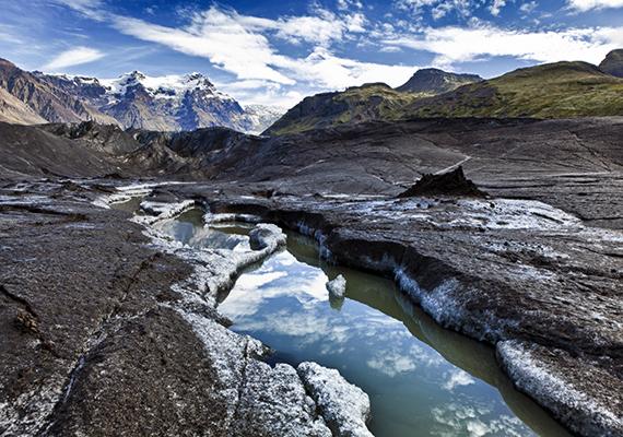 Vatnajökull Nemzeti Park                         Azoknak, akik jól ismerik a sorozatot, nem nehéz kitalálni, milyen eseményeknek adott helyszínt Izland jeges vidéke - a vadak és Mások birodalmában játszódó, Falon túli jelenetek nagy részét itt forgatták. A Vatnajökull, vagyis Vatna gleccser Európa legnagyobb összefüggő jégmezője. A Trónok harca jeleneteit a hozzá kapcsolódó Svínafellsjökull gleccseren vették fel, melynek havas sziklái felismerhetők a sorozatban. Izland természeti csodákkal teli vidékét érdemes minél előbb meglátogatni, hiszen a felmelegedés miatt a jégréteg egyre zsugorodik.