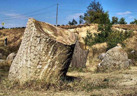 A köveket úgy kell elképzelni, mintha egy belső magból és egy külső rétegből állnának. A belső mag maga a trovant, míg a külső felület megkövesedett homok, ami víz hatására megduzzad, ezért növekszik, és ezért mozog.