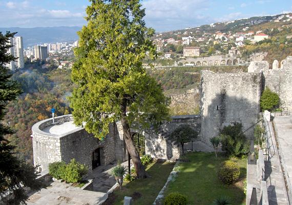 A helyi mendemondák szerint a kivégzett férfi lelke azóta sem talált nyugalomra, így máig a vár falai között bolyong.