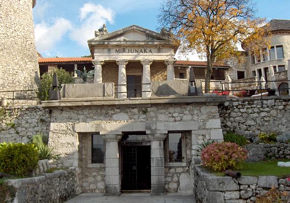 Mauzóleum az épületegyüttesben. A kastélyt mára helyreállították, többek között művészeti kiállításoknak, koncerteknek és színházi előadásoknak ad otthont.