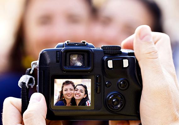Ha egy vadidegen, aki ráadásul egyedül van, udvariasan felajánlja, hogy készít egy fotót rólad vagy rólatok, lehetőleg utasítsd vissza, még mindig népszerű ugyanis ez a módszer a fényképezőgépek és kamerák eltulajdonítására.