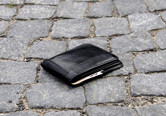 Jól ismert trükk, hogy leejtenek melléd egy pénztárcát, ha ugyanis ilyet lát az ember, automatikusan megnézi, megvan-e minden értéke, közben pedig a zsebtolvajok kifigyelhetik, hol tartja azokat.