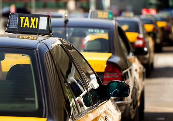 Ha külföldön taxizol, légy nagyon óvatos, könnyen összefuthatsz ugyanis egy trükkös taxissal, akinek célja azon külföldi turisták lehúzása, akik nincsenek tisztában a helyi viszonyokkal. Lehetőleg tájékozódj az utazás előtt arról, hogy melyek a megbízható társaságok, emellett célszerű fix áras autót választani. Ha nincs fix ár, és a taxiórát sem kapcsolják be, inkább szállj ki.
