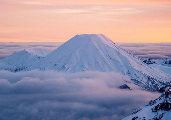 Az Északi-szigeten három vulkáni csoport emelkedik ki, melyek közül a 2290 méter magas Ngauruhoe működik a leggyakrabban. A tehetséges fotós napkeltekor örökítette meg az amúgy is páratlan látványt.